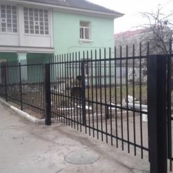 Сварные ворота распашные с автоматикой, рядом стоящая калитка