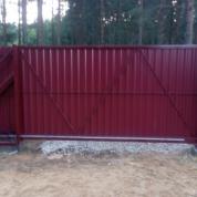 Забор из профлиста с автоматическими откатными воротам