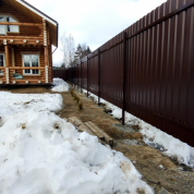Забор из профлиста с распашными воротами и калиткой