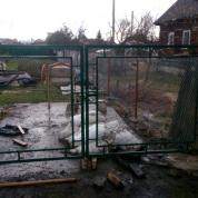 Забор из сетки рабицы с полимерным покрытием и оцинкованной