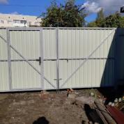 Забор из Профлиста с распашными воротами и встроенной калиткой